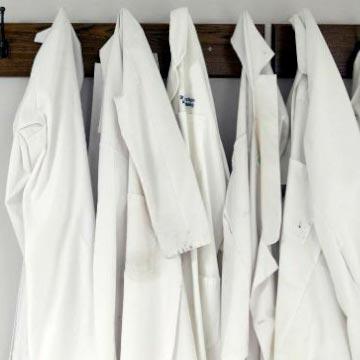 Como limpiar y mantener siempre tu bata de laboratorio siempre blanca impoluta como el primer día