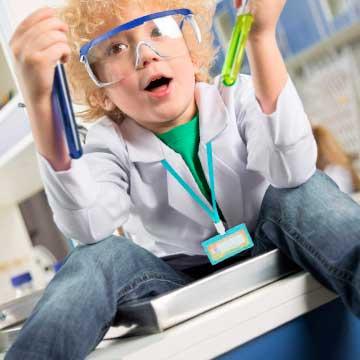 Disfraz de niño con bata blanca en el laboratorio cientifico